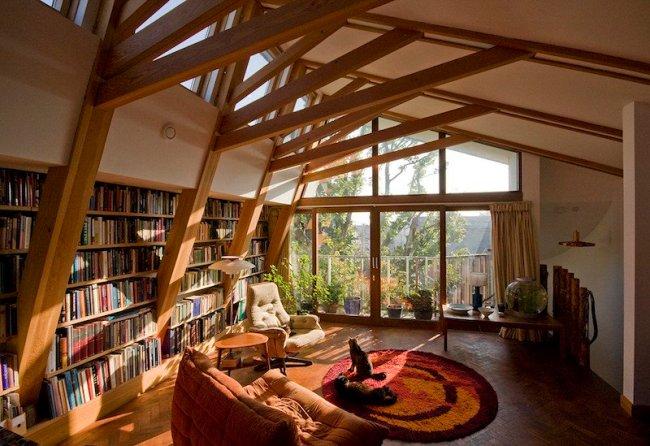 bibliothèque-déco-salon-poutres-solives-apparentes-plafond-pente